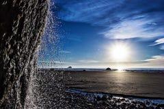 在俄勒冈海岸的瀑布浪花 免版税库存照片
