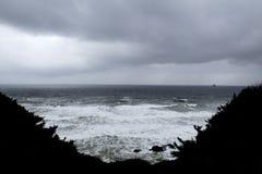 在俄勒冈海岸的风雨如磐的海浪 免版税库存照片