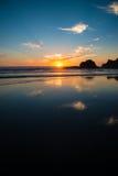 在俄勒冈的岩石海岸的日落 库存照片