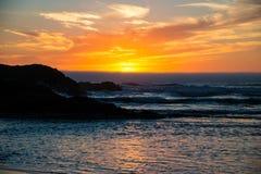 在俄勒冈的岩石海岸的日落 库存图片