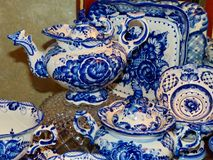 在俄国传统Gzhel样式的家庭碗筷 特写镜头 Gzhel -陶瓷俄国民间工艺  库存照片