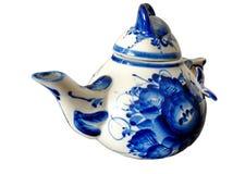 在俄国传统Gzhel样式的茶壶在白色背景 Gzhel -陶瓷俄国民间工艺  库存图片