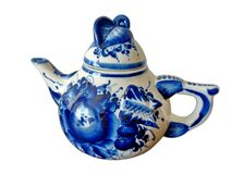 在俄国传统Gzhel样式的茶壶在白色背景 Gzhel -陶瓷俄国民间工艺  库存照片