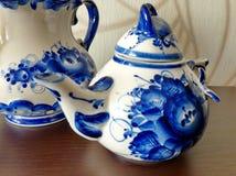 在俄国传统Gzhel样式的茶壶 Gzhel -陶瓷俄国民间工艺  免版税库存照片