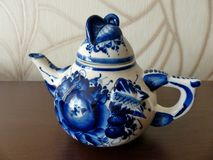 在俄国传统Gzhel样式的茶壶 Gzhel -陶瓷俄国民间工艺  图库摄影