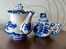 在俄国传统Gzhel样式的茶壶 Gzhel -陶瓷俄国民间工艺  库存照片