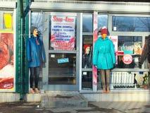 在俄国商店前面的女性便服穿戴的时装模特 免版税库存图片