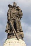 在俄国战争纪念建筑的雕象在treptow柏林德国 免版税库存图片