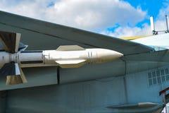 在俄国战斗机的保护下暂停的导弹空空气 免版税库存图片