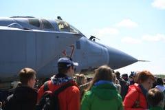 在俄国截击机与空中第37红色的MiG31BM RF-95448附近的人们在一个晴天 特写镜头 库存图片