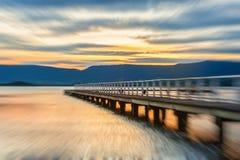 在俄国日落附近的堪察加湖 免版税库存照片