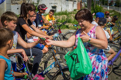 在俄国村庄骑自行车乘驾在卡卢加州地区 免版税库存照片