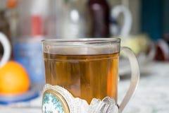 在俄国杯座的茶 免版税图库摄影