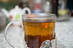 在俄国杯座的茶 库存照片