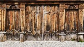 在俄国样式的老木门 免版税库存照片
