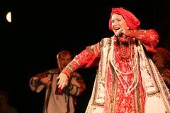 在俄国歌曲nadezhda babkina和剧院俄国人歌曲的全国民歌手的阶段的表现 免版税库存图片