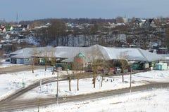在俄国爱沙尼亚语边界Ivangorod -纳尔瓦3月下午的多边运输交叉点 免版税库存照片