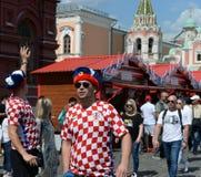 在俄国纪念品帽子的外国足球迷在红场 免版税库存图片