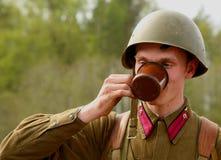 在俄国苏联一致的第二次世界大战的军事再enactor 俄国战士 图库摄影