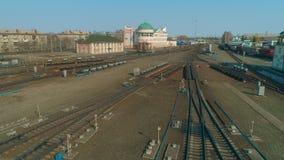 在俄国铁路上的飞行 从火车轨道的空中飞行在铁路 股票录像