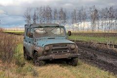 在俄国领域的肮脏的俄国车地形吉普UAZ-469在jeeping ro以后 库存照片