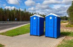 在俄国高速公路的流动公共厕所编号M11 免版税库存照片