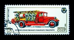 在俄罗斯打印的邮票显示葡萄酒消防队员卡车的图象 免版税图库摄影