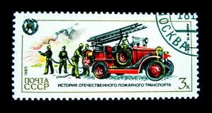 在俄罗斯打印的邮票显示葡萄酒消防队员卡车的图象 免版税库存照片