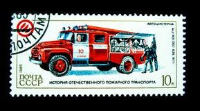 在俄罗斯打印的邮票显示葡萄酒消防队员卡车的图象 库存照片