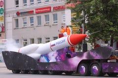 在俄罗斯的天期间,火箭模型在街道队伍的 免版税库存图片