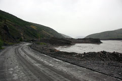 在俄罗斯的澳洲内地铺石渣路Kolyma州际高速公路 免版税库存照片