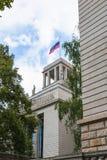 在俄罗斯联邦的使馆的顶部旗子 免版税库存照片