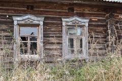 在俄语被放弃的房子的Windows 免版税库存照片