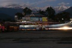 在俏丽的小山驻地在喜马偕尔省, palampur的局部总线中止 库存照片
