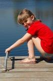 在俏丽的水附近的女孩 免版税库存照片