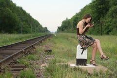 在俏丽的铁路s符号业务量附近的女孩 图库摄影