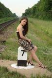 在俏丽的铁路s符号业务量附近的女孩 免版税图库摄影