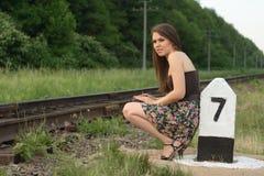 在俏丽的铁路s符号业务量附近的女孩 免版税库存照片