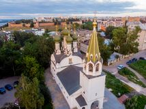 在保佑的圣母玛丽亚教会的做法,下诺夫哥罗德的鸟瞰图 免版税库存图片