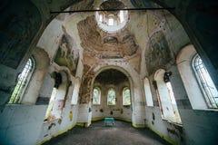 在保佑的维尔京的做法的被放弃的教会里面在村庄 库存照片