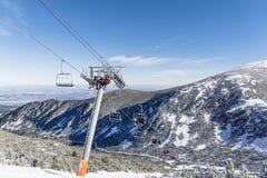 在保加利亚打开在滑雪胜地Borovets的滑雪电缆车 美好的冬天landscape.3d图象 免版税库存图片