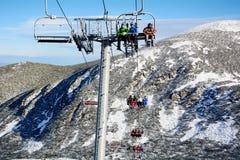 在保加利亚打开在滑雪胜地Borovets的滑雪电缆车 美好的冬天landscape.3d图象 库存图片