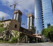 在保存以后的Resturant反对现代高楼 库存照片