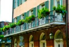 在保守主义者街和美丽的阳台上的古老房子 法国新奥尔良季度 免版税库存图片