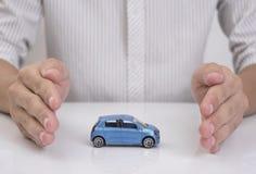 在保护车祸姿态的企业代办处手  库存照片