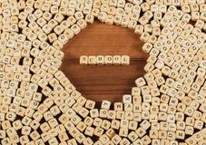 在信件的学校名字在立方体在桌上切成小方块 图库摄影