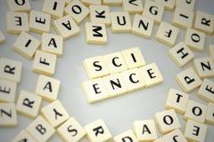 在信件附近发短信给在灰色背景的科学 免版税库存照片