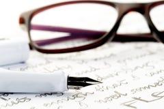 在信件,后边玻璃的白色钢笔 库存图片