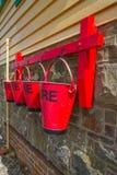 在信号房, Instow,德文郡的灭火水桶 免版税库存照片