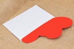 在信封的两红色纸心脏 免版税库存照片